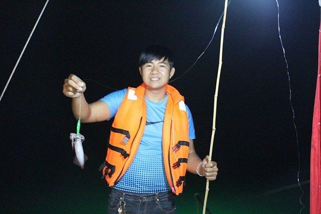 Câu mực đêm trên vịnh Hạ Long.