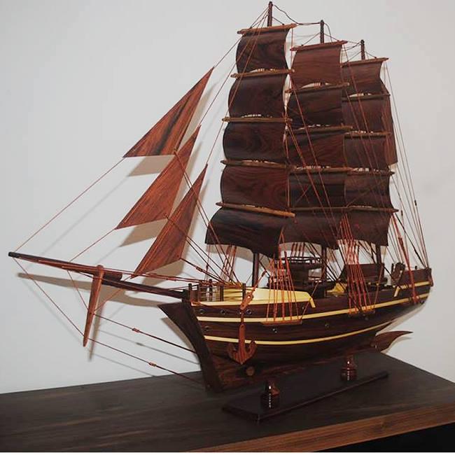 Con thuyền làm từ gỗ