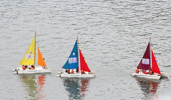 Du ngoạn trên biển bằng thuyền buồm tại Vịnh Hạ Long