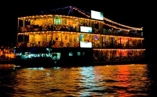 Du thuyền Cần Thơ là 1 nhà hàng nổi trên sông chỉ xuất phát 1 chuyến mỗi ngày.
