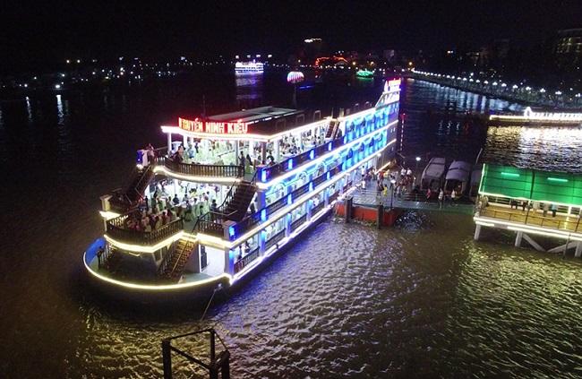 Khung cảnh rực rỡ lộng lẫy nhìn từ tầng cao nhà hàng du thuyền Ninh Kiều.