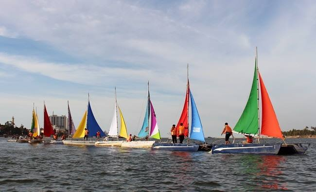 Lễ hội đua thuyền buồm tại Quảng Bình