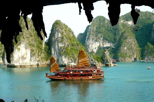 Thuyền buồm đi qua các hang động tuyệt đẹp