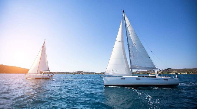 Hình ảnh chiếc thuyền buồm lướt nhẹ trên biển