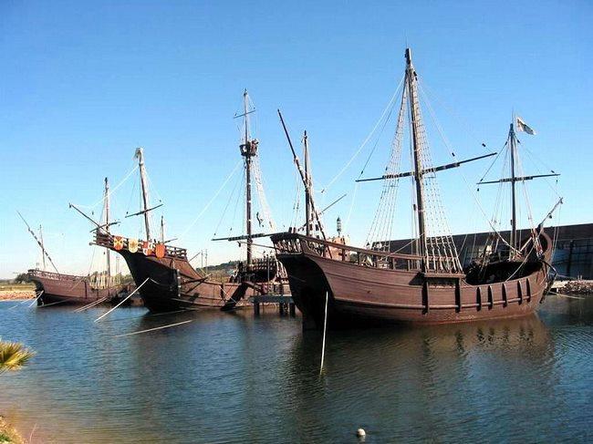 Thuyền buồm thân gỗ sang trọng, truyền thống